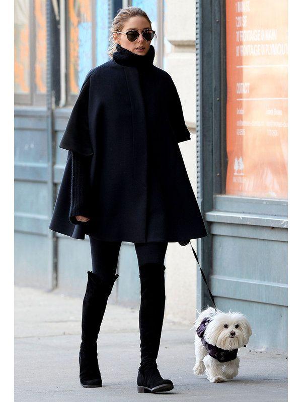 2014年は長年の恋人との結婚を叶えたオリヴィアも、今年のラッキーカラーであるブラック&ネイビーで固めたファッションを取り入れ済み。旬のボリューミィなタートルネックのニットに、ケープを羽織ったお散歩ルックは、モードでありながら真冬のNYを乗り切るための防寒対策もバッチリ。足元は、愛用ブランド「スチュアート ワイツマン」のニーハイブーツで今年らしくスタイルUP!
