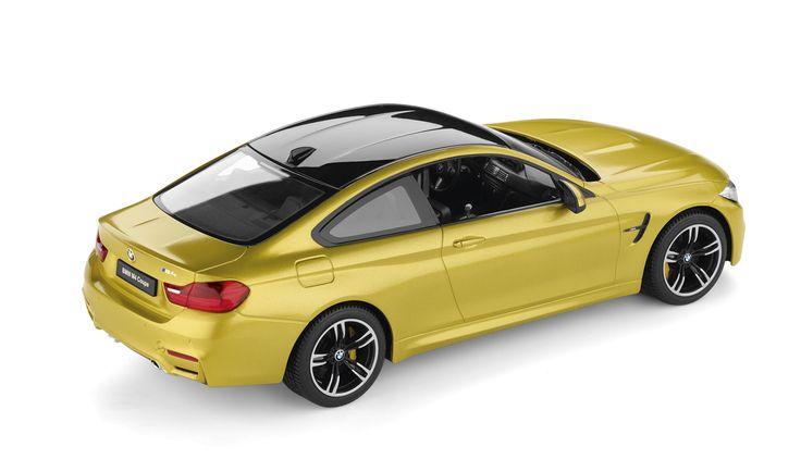 BMW M4 Coupé (F82).  BMW M4 Coupé Modell mit charakteristischer langgezogener Coupélinie. Funktions-Highlight ist das bewegliche Lenkrad. Alle Türen sowie die Motorhaube und der Kofferraum können geöffnet werden. Im Innenraum setzen Böden in Teppichoptik und Anschnallgurte optische Akzente.