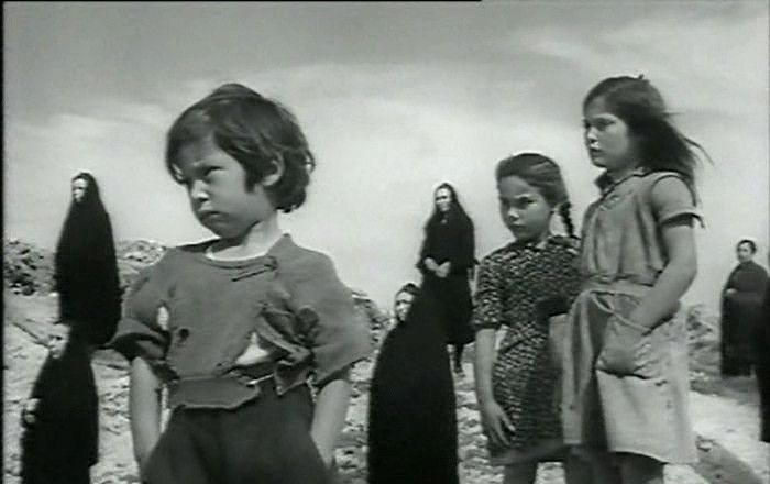 Donne e bambini all'ingresso della miniera