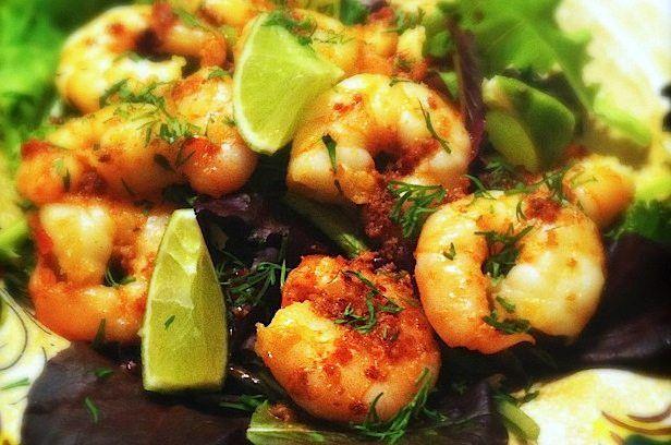 Koolhydraatarm recept voor een maaltijdsalade met grote garnalen. Rijk van smaak en heerlijk als lunch of lichte avondmaaltijd.