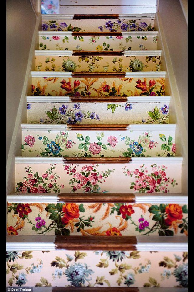 On ose l'imprimé floral avec du papier peint pour un relooking des escaliers.