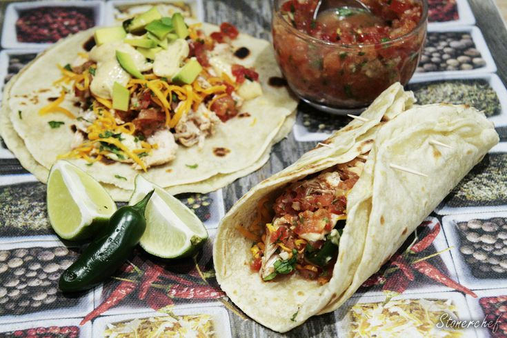 Tacos z szarpanym kurczakiem w czerwonej enchiladzie z jamajskim majonezem