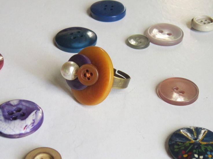 Bague avec des boutons mauve-oranges - création originale : Bague par natu-recup