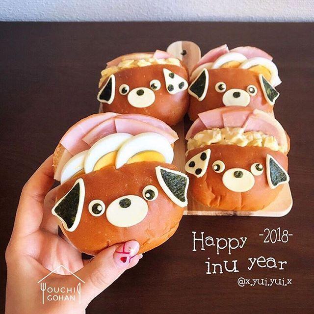 ouchigohan.jp 2018/01/03 19:09:23 delicious photo by @x.yui.yui.x . こちらは、@x.yui.yui.x さんが作ったバターロールサンド🥐🍳いつもはクマさんに変身させているところ、今年は戌年ということでわんちゃんに大変身🐶💕わんちゃんの顔のパーツは海苔とチーズを使って巧みに仕上げています👏👏 ちなみに、具材はハムと卵とチーズの黄金トリオ!私も一つ食べたい😋🍴 . バターロールサンドのアレンジならば、比較的に簡単にまねしやすいかも🤔💡 ぜひ明日の朝ごはんでマネしてみては? . -------------------------- ◆#デリスタグラマー #delistagrammer を付けて投稿すると紹介されるかも!スタッフが毎日楽しくチェックしています♪ . [staff : おたつ] --------------------------- . #ouchigohan #いつものいただきますを楽しく #おうちカフェ #おうちごはん #instafood #暮らし #foodpic…