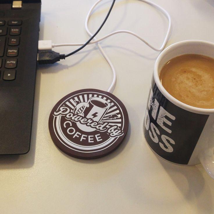 Calienta tazas USB: Powered by Coffee.  Este posavasos de silicona con cable USB para conectarse a tu portátil o PC te solucionará la vida, o por lo menos te la hará más fácil ayudándote a mantenerte despiert@ cuando más lo necesites. Es casi un elemento indispensable en tu oficina. A quién no le ha pasado estar bebiendo café bien calentito y que le interrumpa una llamada de 15 minutos? Al volver a por el café ya está frío, frío...