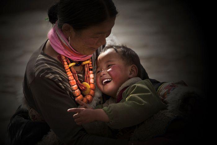 http://www.tibet.cn/news/focus/1477198885232.shtml Foto: madre e figlio, Autore: Xu Xiaoping (Jiangsu)