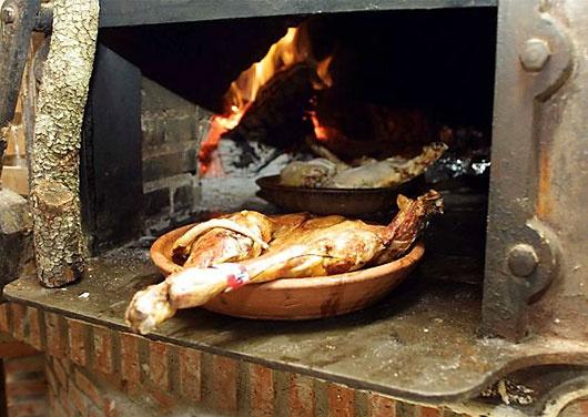 Lechazo asado en horno de leña, plato típico de la Ribera del Duero.  Baby lamb, Ribera del Duero typical food