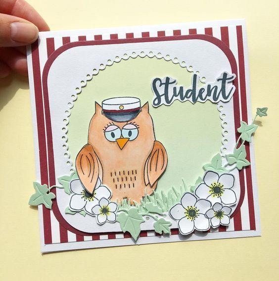 KORT 1 Et studenterkort lavet med disse materialer: Stempler: ugle, blomster, tekst Dies: egeføj, blondekant Papir: 'smagen af jordbærsorbet', 'smagen af kølige drinks', 'pistage' Ugle er farvelagt med Copic Ciao