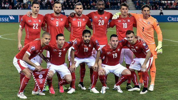 Stephan Lichtsteiner (vorne, Zweiter von links) hat eine Diskussion auch innerhalb der Schweizer Nationalmannschaft ausgelöst. Der Captain Gökhan Inler sagt: «Ich habe versucht, nach der Polemik ruhig zu bleiben.»