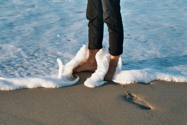 морская пена,волны и утопающие в них по щиколодку ноги