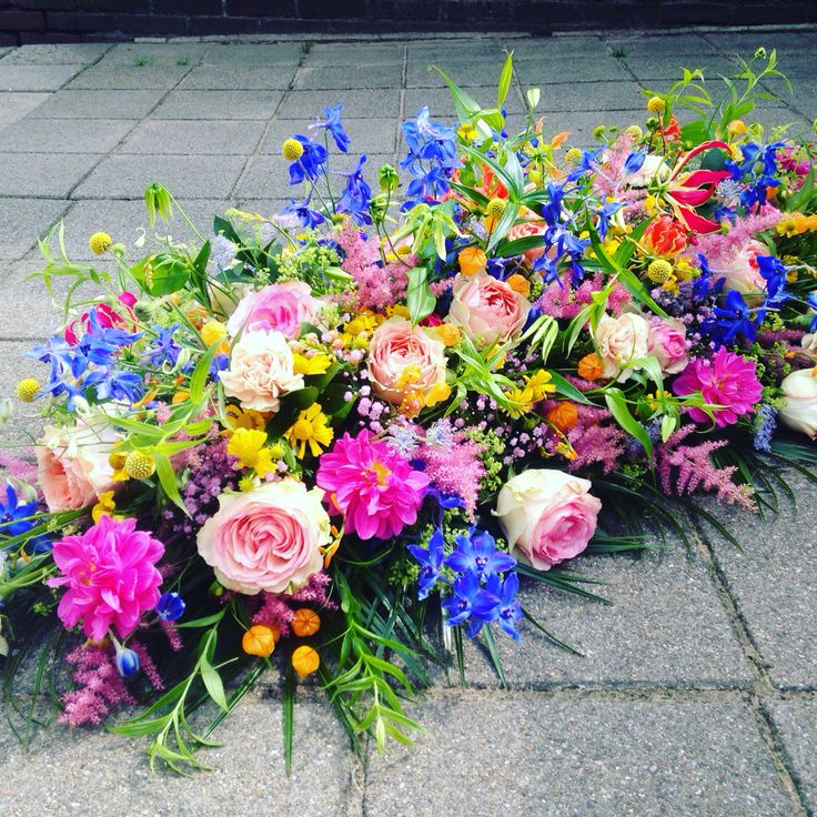 Rouwarrangement#kleurrijkebloemen#veldbloemen
