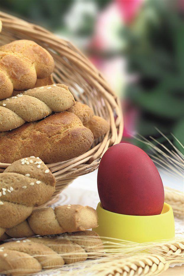 Τα κουλουράκια του Πάσχα. Η παντοδύναμη μνήμη των ψημένων γλυκών της γιαγιάς στην Τήνο - του Κοσμά Βίδου