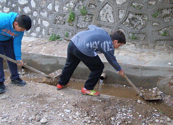 Με δική τους πρωτοβουλία παιδιά ανέλαβαν τον καθαρισμό της περιοχής Βρύση της Ψίνθου