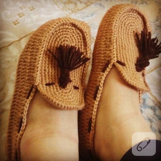 Püsküllü örgü patik, ayakkabı görünümüzde ev ayakkabısı. el örgüsü, tığ işi patik modelleri, ev botları, bebek patikleri ve anlatımlı örgü videoları 10marifet.org'da...