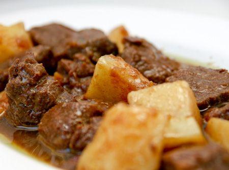 Carne de panela é uma receita tradicional, prática e simples. Porém é uma forma de servir a carne que a maioria adora. A combinação da carne, o molho e as batatas é perfeita.