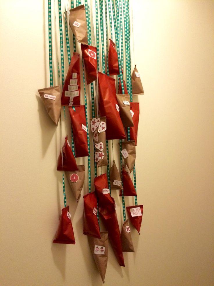 DIY - Calendrier de l'avent !   Pour Mr H qui ne pouvait se résoudre à choisir entre Kinder, Lindt, M&m's et j'en passe...  Un calendrier de l'avent 100% personnalisé et fait avec ❤️ !    Avec   - du papier Kraft (recto rouge et verso marron, rouleau à 1€)  - un rouleau de Bolduc  - un cintre (un joli hein quand même)  - et un peu d'imagination !  #noel #christmas #diy #faitmaison #calendrier #avent #idee #decembre #fetes #cadeau #chocolats #surprise