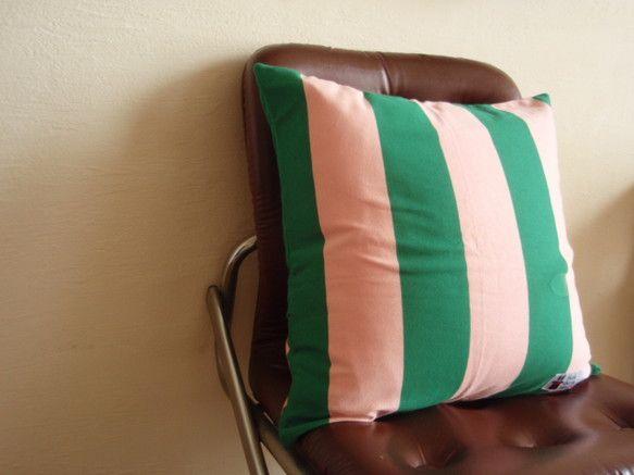 ピンクとグリーンのしましまのクッションカバー。素材はニットです。ジャージのようなサラッとした肌触りです。ごろーんとした時に頬にあたっても 気持ちがいいです。 ...|ハンドメイド、手作り、手仕事品の通販・販売・購入ならCreema。