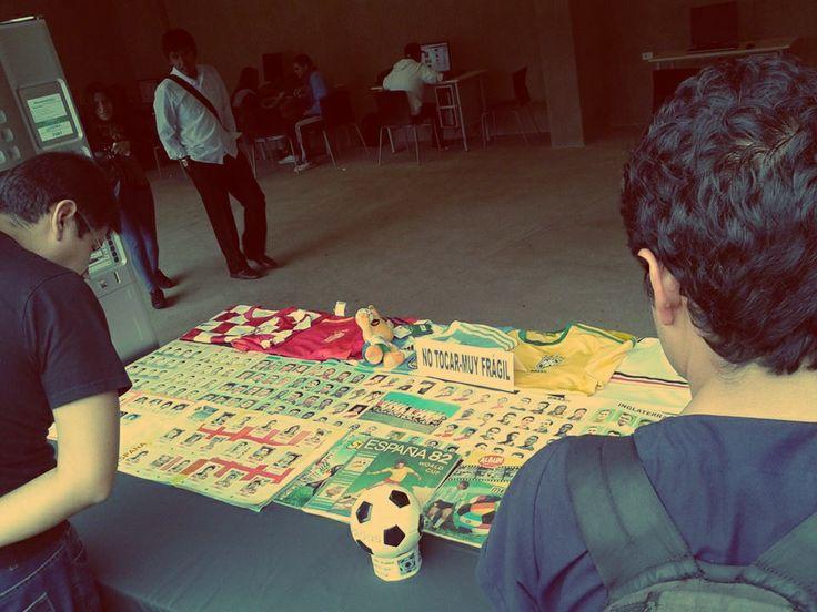 Una enorme mesa llena de artículos de fútbol fue lo que más llamó la atención de los estudiantes / #sports #soccer #fútbol #colección #soccerfan