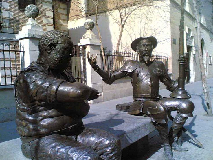 Estatuas de Don Quijote y Sancho Panza e Alcalá de Henares (Madrid), en frente de la Casa Natal de Miguel de Cervantes.