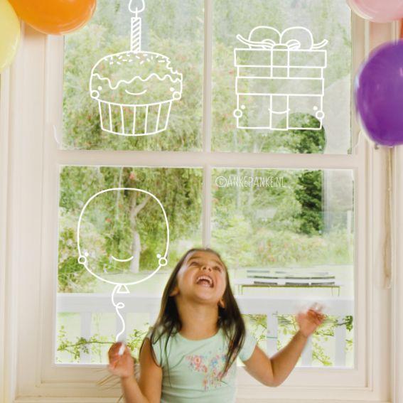 Er is iemand jarig, tijd voor een feestje! Versier de ramen met deze lieve kawaii ballon, kado en cupcake #raamtekening.