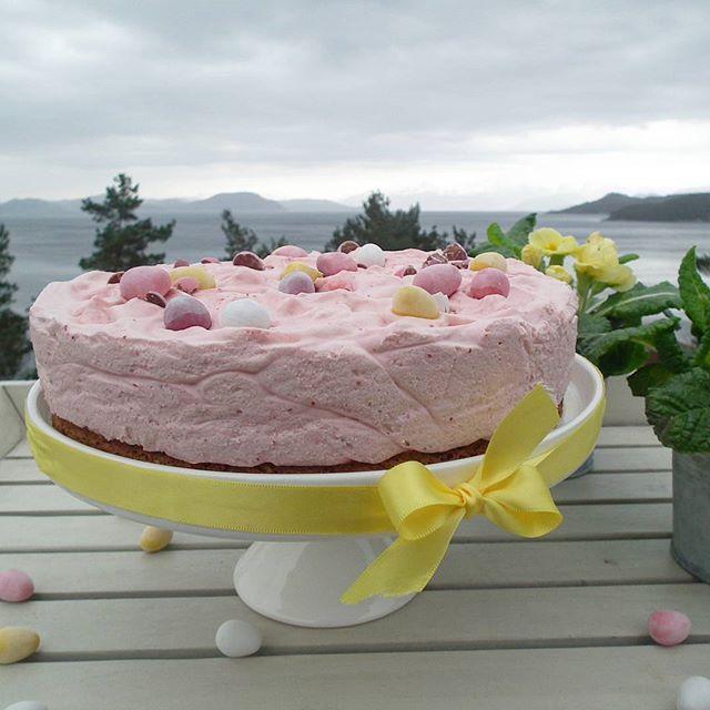 Strawberry mousse and hazelnut meringue 🐣  God påskeaften! Regnfulle påskedager blir litt bedre med kake 🐣 Oppskrift på jordbærmoussekake med bunn av hasselnøttmarengs finner du på Bakemagi.no - direktelink i profilen 🐣  #bakemagi #moussekake #mousse #nøttebunn #easter #påske #bakeglede #påskekake #hjemmebakt #melk_no  #kamillenorge #taramaaltid #kakeprat #helenorgebaker #godtno #matbloggsentralen #brodogkorn #theculinaire #gloobyfood #tastingtable #thebakefeed #foodandwine @foodandwine…