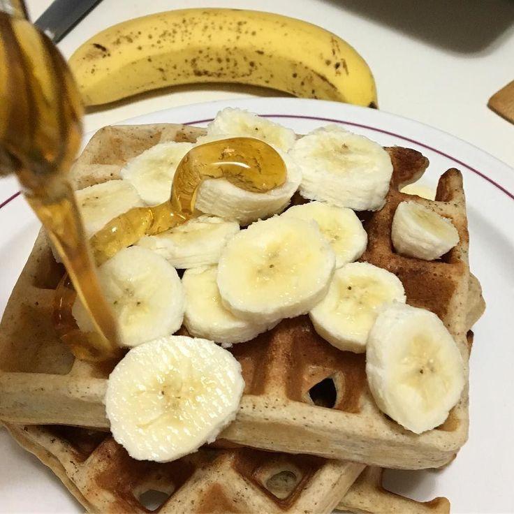 Ayer comimos waffles integrales de granola con banano (plátano) y miel  Me encantan los desayunos de fin de semana! Hoy de vuelta al trabajo