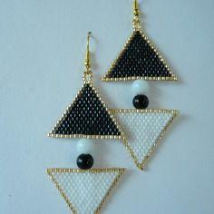 """Boucles d'oreilles en tissage brick stitch motif """"triangles ying et yang"""" noir et blanc"""