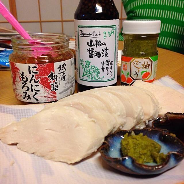 九州旅行のあとで買い物に出たくなかったので、冷蔵庫にあるものだけで夕飯を作ろうと思い、鶏の胸肉のかたまりを塩麹に漬けて酒蒸しにしました。 そのままでは芸がないと思い、福岡の道の駅しんよしとみで買ってきた柚子胡椒と山椒しょうゆを添えました。 これが大正解! 柚子胡椒の爽やかな辛さと山椒の香る甘めのしょうゆがアクセントになって、ふっくらジューシーな鳥肉の美味しいこと美味しいこと! さらに思いたち、大分県杵築市の老舗味噌蔵の綾部味噌さんで買ったにんにくもろみを鶏につけて、レタスで包んでみました。 これも美味い! 思わず、目をつぶって唸っちゃうくらい、美味い! 実は私はもろみが苦手で、もろきゅうなんて - 3件のもぐもぐ - 塩麹鶏の酒蒸し by Takako  Asamoto