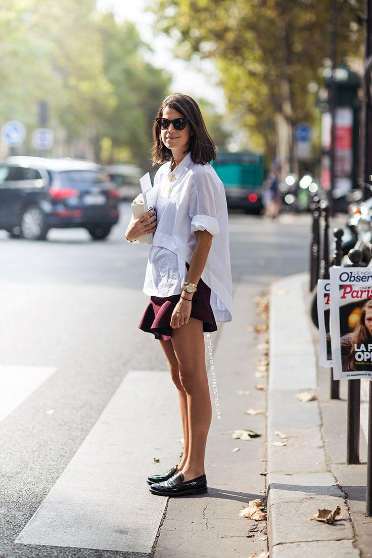 Leandra Medine combineert de simpele loafers uit de Nouveau Preppy stijl met een gevormde rok en wit overhemd voor een fashion forward look.