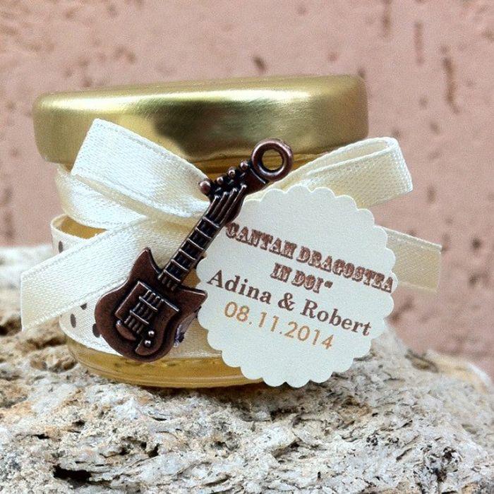 Din categoria darurilor pentru invitati fac parte si marturii de nunta borcanele cu miere, care vor fi, cu siguranta, pe placul invitatilor