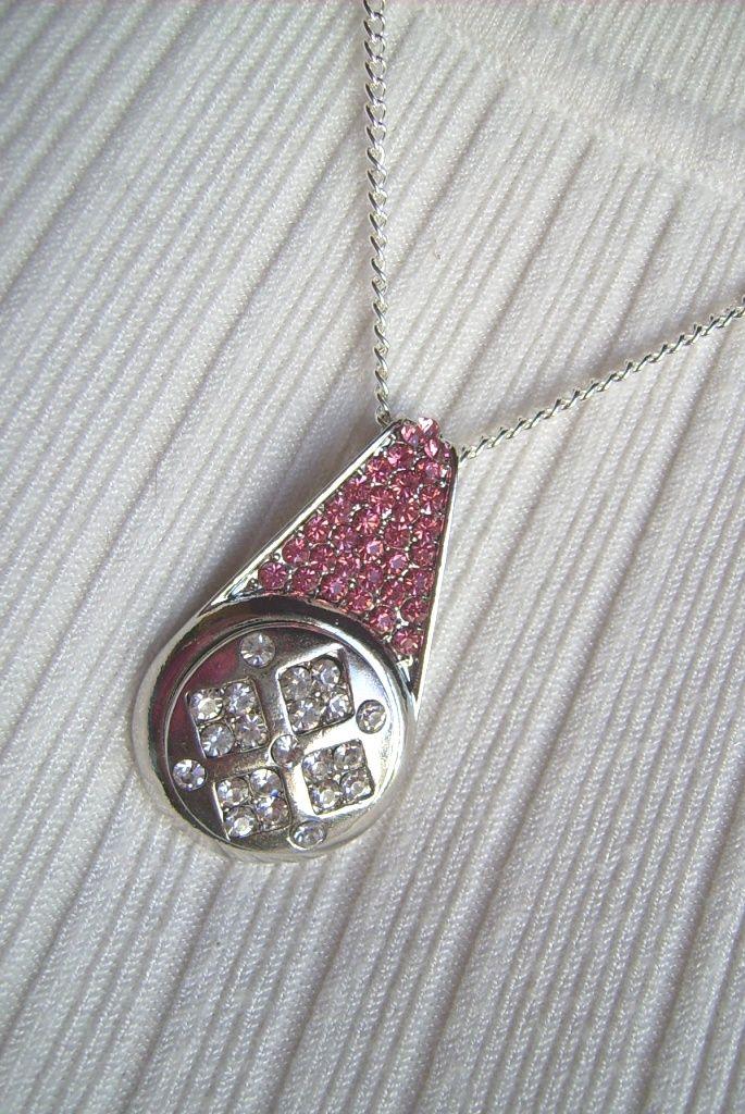 Kristály és rózsaszínű köves, fém medálos nyaklánc. A nyaklánc hossza: 41 cm. A medál mérete: 45 x 26 mm. 359.-Ft.