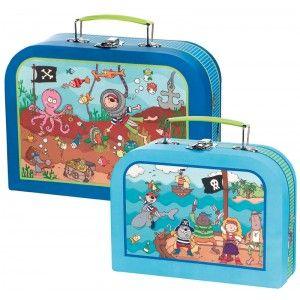 Decoloopio.com – Kit valises enfant: Pirate : Ce kit valise enfant pirate est très utile pour transporter le bric à brac de votre bambin ! En cadeau de naissance ou en boîte à goûter pour les plus grands, ces deux valises sont fonctionnelles et de tailles différentes pour s'adapter à ses besoins !  Ce kit comprend 2 valises Format : 26 x 19.5 x 9 cm et 20.5 x 15 x 7.5 cm Existe aussi en princesse. . Idéal pour décorer la chambre de votre enfant –