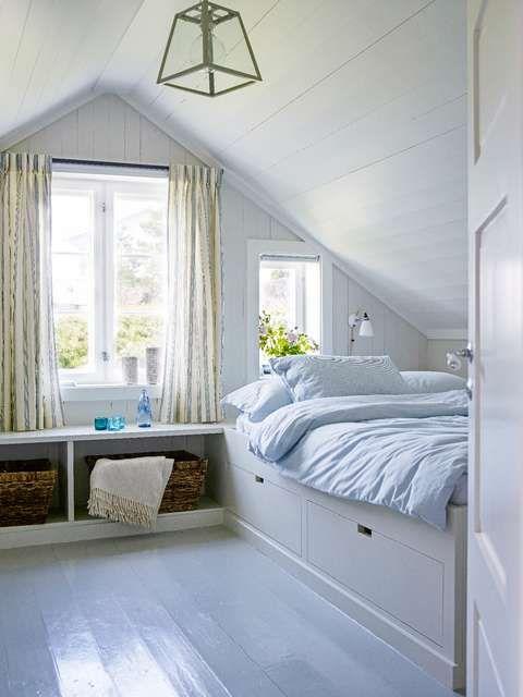 LUFTIGE ROM: Soverommene er sobre, med praktiske løsninger. Sengen er skreddersydd, i skuffene har datteren plass til alle sommerens nødvendigheter. Benken under vinduet fortsetter bak sengen som et nattbord. FOTO: Per Erik Jæger