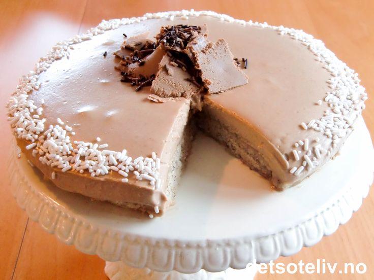Led meg inn i fristelse.... Jeg bare ELSKER denne skjønne konfektkaken!!! Bunnen lages med marsipan og hasselnøtter og nougatkremen på toppen med kremfløte og litt kaffe. Kaken er en nokså liten delikatessekake, men desto nydeligere!