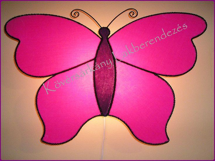 PLÜSS PILLANGÓ A pillangó a lélek fejlődését és a teljes átalakulását szimbolizálja. Ő a változékonyság szimbóluma. Képes a legkülönbözőbb módon megújulni, úgy hogy minden alkalommal egyedi tud lenni. Méretei: Szélesség: 62 cm Magasság: 46 cm Ára ufólámpatesttel: 10.000 Ft