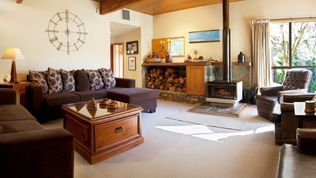 Te Wanaka Lodge... your home away from home in Lake Wanaka. Suitable for families, couples and groups. Enjoy our homely feel including spa pool, cosy fire, homemade afternoon tea and breakfast.