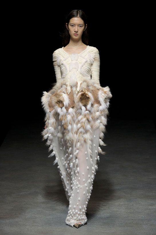 Le défilé Yiqing Yin printemps-été 2014 haute couture http://www.vogue.fr/mariage/tendances/diaporama/les-robes-de-mariee-de-la-haute-couture-2/17268/image/926206#!le-defile-yiqing-yin-printemps-ete-2014-haute-couture