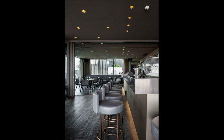 #interiordesign su misura per il ristorante dell'hotel. Sgabelli con struttura in ottone bronzato e seduta con scheinale in ecopelle fireretardant. #furniture #madeinitaly