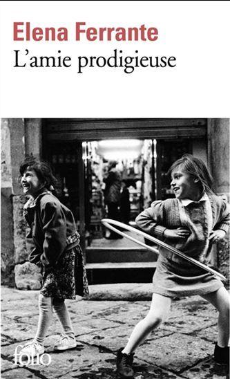 À la fin des années 1950, Elena et Lila vivent dans un quartier défavorisé de Naples. Malgré des études brillantes, Lila abandonne l'école pour travailler avec son père dans sa cordonnerie. En revanche, Elena, soutenue par son institutrice, étudie dans les meilleures écoles. Durant cette période, les deux amies suivent des chemins parallèles, qui tantôt se croisent tantôt s'écartent.