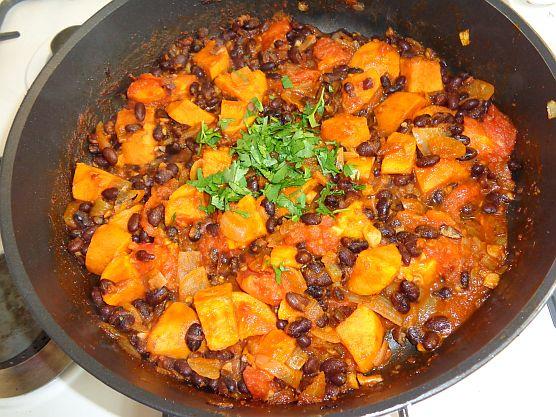 Chili van zoete aardappel en zwarte bonen