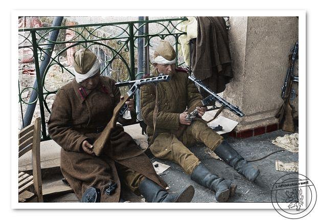 Ranění sovětští vojáci při údržbě samopalů PPŠ-41. Berlín 1945.  Wounded soviet soldiers  maintenance PPS-41 submachine guns. Berlin 1945.
