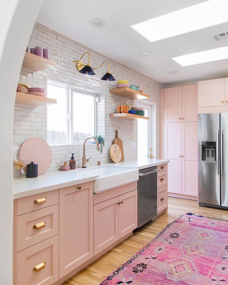 Descubrimos la cocina de la casa de Kelly Mindell, fundadora de Studio DIY. La cocina, de diseño open concept, destaca por una decoración en color rosa pastel. Boho Kitchen, Home Decor Kitchen, Home Kitchens, Pink Kitchens, Pastel Kitchen Decor, Kitchen Ideas, Pink Kitchen Interior, Pink Kitchen Designs, Romantic Kitchen