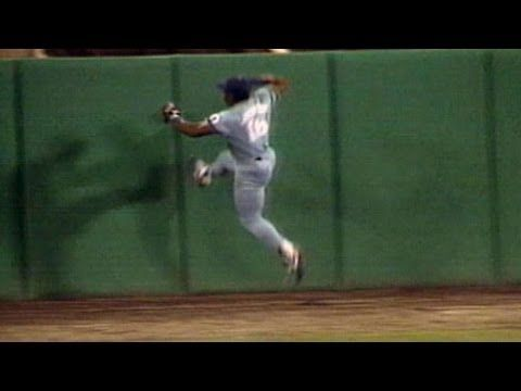 Bo Jackson catches ball, runs up wall - YouTube