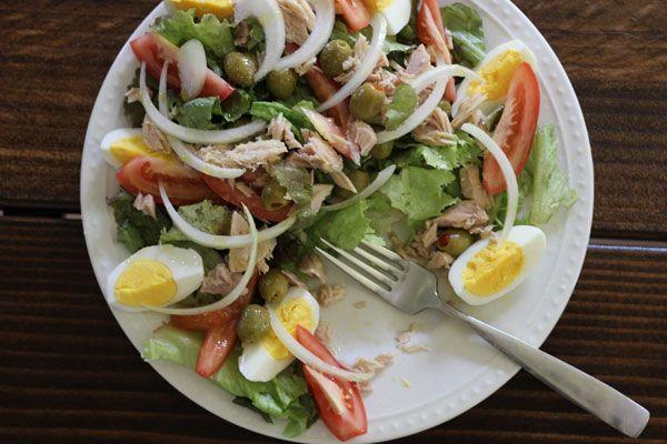 SPANISH SALAD 5-6 large leaves of lettuce - 1 tomato - 1/2 can of tuna- 1-2 boiled eggs- green olives- 1-2 tbs olive oil- a big pinch salt- splash of white wine vinegar- ***** lekker! ipv azijn, citroensap gebruikt. Tonijn met basilicum uit blik en sla met rucola****