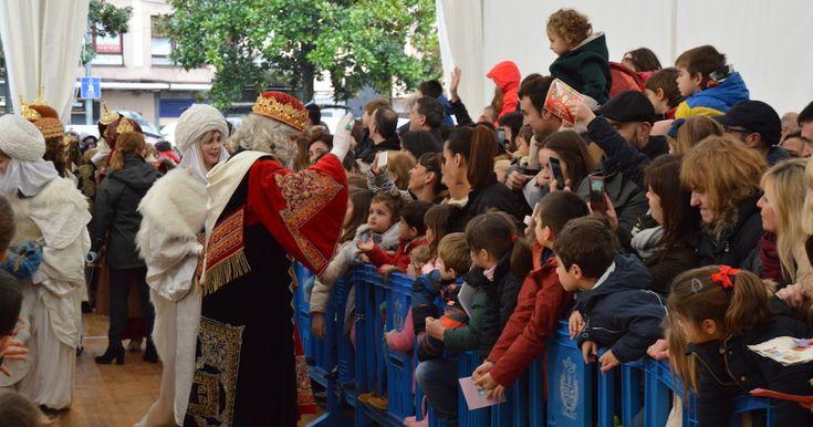 Melchor, Gaspar y Baltasar llegan a Barakaldo y reciben las primeras peticiones de los niños