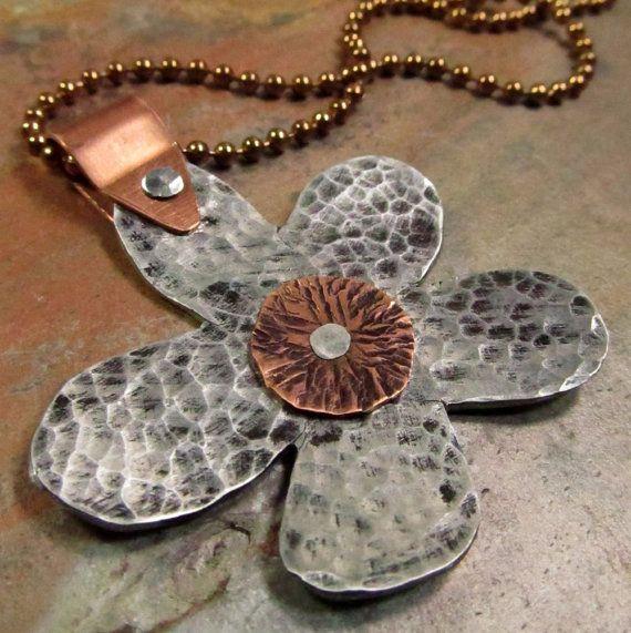 Misto metallo Fiore collana mano timbrato di FiredUpLadiesHammer