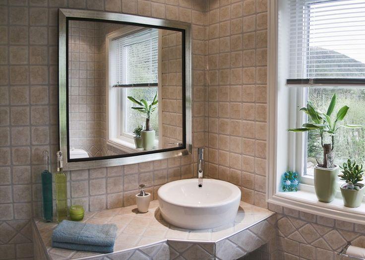 Если вам повезло иметь окно в ванной, вы счастливчик!  Принимать ванну в лучах солнечного света, преломляющихся в ярком витраже — это просто сказка. #сантехника #дизайнванной #ваннаякомната