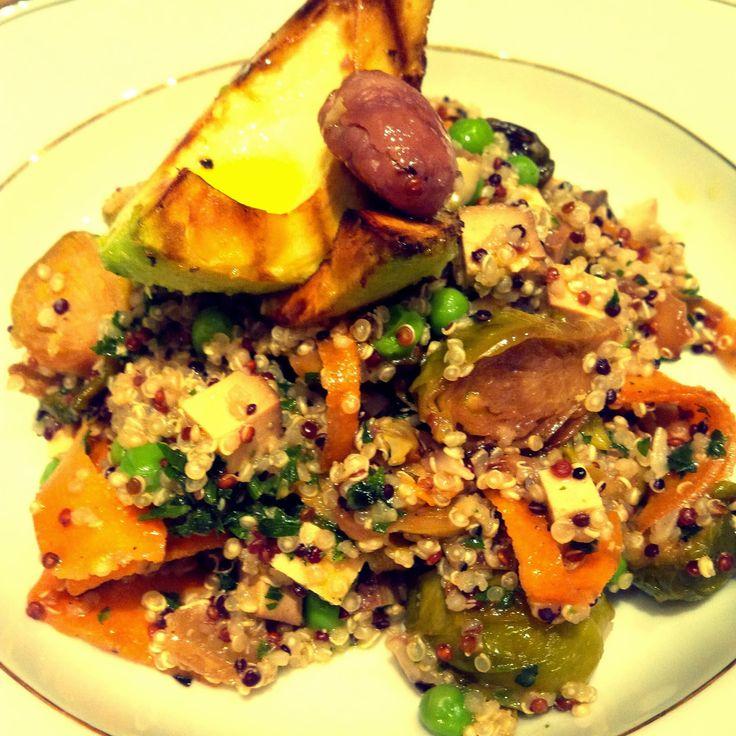 A Cherry on Top.: Winterlicher Quinoa-Salat mit Maroni, Balsamico-Kohlsprossen, gegrillter Avocado und Orangen-Vinaigrette