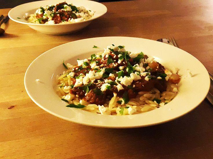 Youvetsi is een Griekse stoofschotel met kip, lam of rund. In dit gerecht gebruiken we rundvlees. Zeker een keer proberen!
