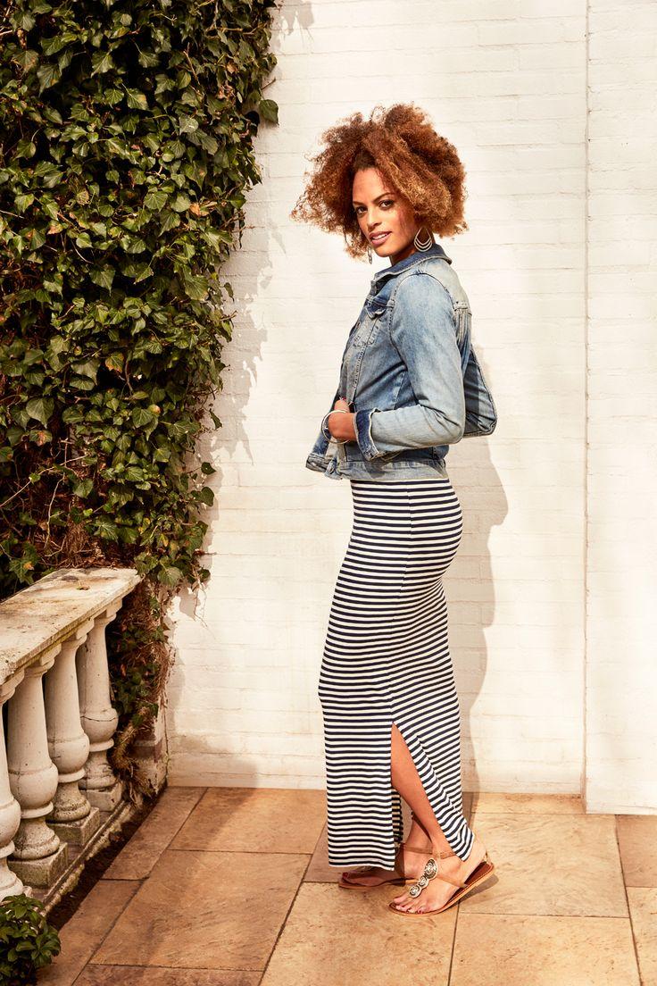 Blauw-wit gestreepte maxi jurk met korte mouwen en een ronde hals. De jurk heeft een split aan de zijkant. #missetam
